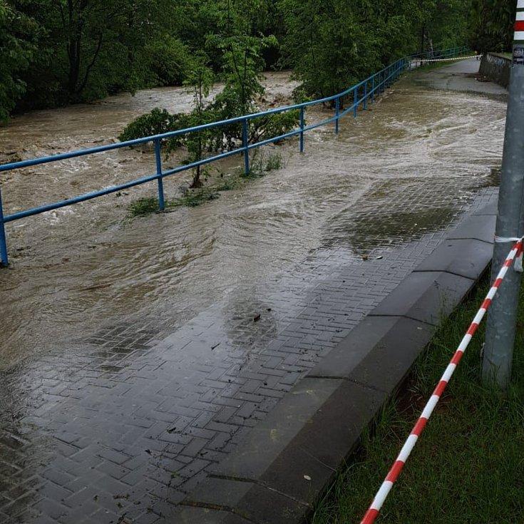 Rozvodněný potok Rokytenka ve vsetínské místní části Rokytnice ve středu 22. května 2019 zaplavil chodníku u zimního stadionu Na Lapači.