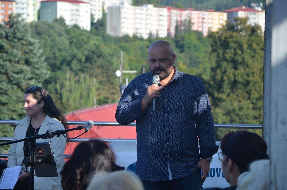 Osmý ročník čtení na střeše vsetínské Masarykovy veřejné knihovny