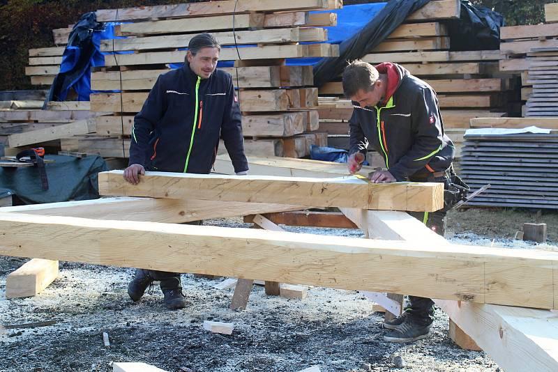 Parta tesařů z Hošťálkové a okolí staví repliku vyhořelého kostela, který stával v třinecké místní části Guty. Koncem října 2019 se pustili do krovů. Na snímku Jiří Polášek (vlevo) a Daniel Růžička.