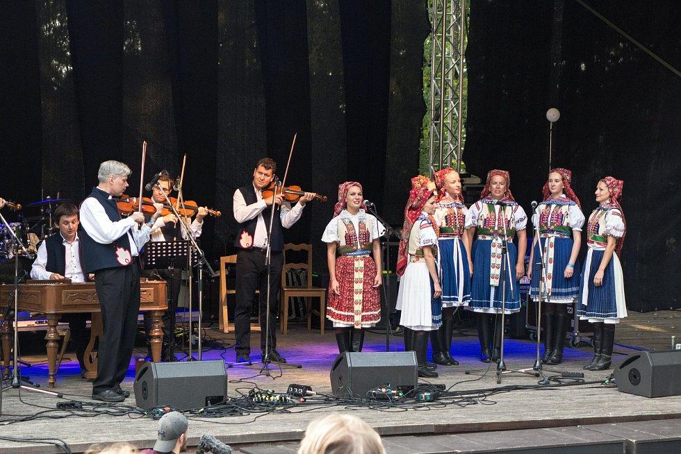 Druhý ročník mezinárodního hudebního festivalu lidského hlasu – Hlasy v dřevěném amfiteátru na Stráni v Rožnově pod Radhoštěm. Zahajovala Musica folklorica.