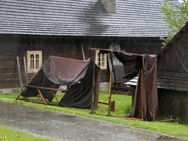 V pátek a v sobotu (16. a 17. 5. 2014) jsou brány skanzenu pro veřejnost uzavřeny. Důvodem je nepříznivé počasí a jeho následky.