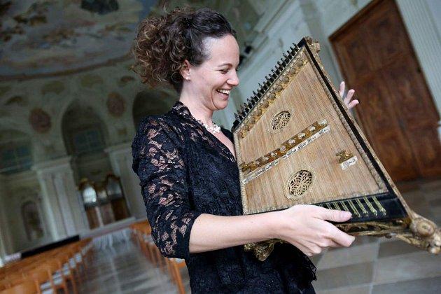 Rakouská cimbalistka Franziska Fleischanderl zahraje na 13.ročníku Mezinárodní festivalu Cimbálu na nástroj salterio na úvodním slavnostním zahajovacím koncertu ve středu 22.května 2019do 19hodin vsále Kulturního zařízení města.