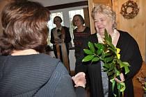 Výtvarnice Jana Dočkalová-Kobzáňová, která v polovině března 2016 oslaví 70. narozeniny, vystavuje od soboty 5. března své tradiční sklomalby ve Valašském ateliéru U Hofmanů na Soláni ve Velkých Karlovicích.