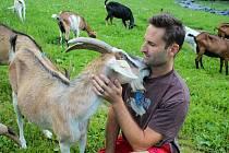 Martin Vlček založil s manželkou v roce 2012 ve Vizovicích kozí farmu.  Stádo v červenci 2020 čítá 113 koz.