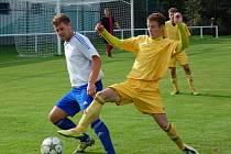 Fotbalisté Velkých Karlovic+Karolinky (žluté dresy) porazili Rýmařov a mají první tříbodovou výhru sezony.