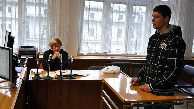 Dvacetiletý Tomáš Matocha z Karolinky (vpravo) stojí před senátem Okresního soudu ve Vsetíně. Zpovídá se z usmrcení z nedbalosti. Na Velikonoční pondělí 9. dubna 2012 způsobil v opilosti nehodu, při které zemřel motocyklista.