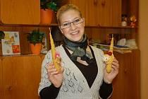 Ve vsetínském rodinném centru vyráběly maminky svíčky z voskových plátů.