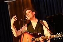 James Harries vystoupí v pátek na festivalu Valašský špalíček