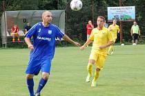 Fotbalisté Velkých Karlovic + Karolinky (žluté dresy) doma prohráli s Petrovicemi 0:2.