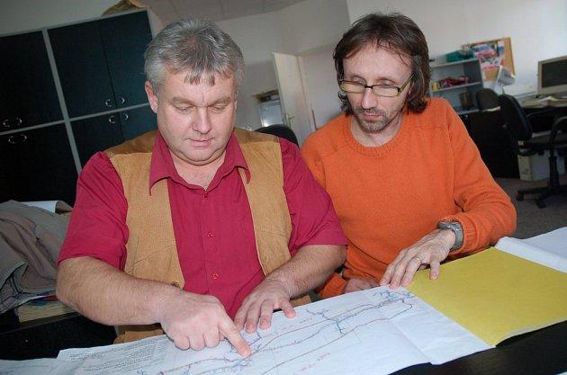 Jde o miliony. Oldřich Surala (vlevo) konzultuje projekt s Romanem Kalabusem