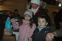 Do posledního místa zaplněný kostel pod zámkem na vsetínském Horním Městě sledoval na Štědrý den odpoledne mši svatou. Představitelé vsetínské římskokatolické farnosti ji sloužili za děti a rodiny.