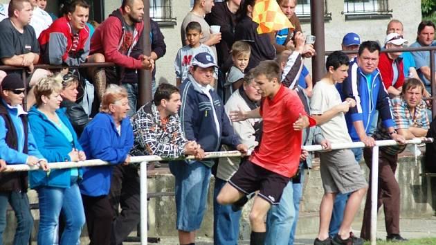 Fotbalisté Branek (červené dresy) porazili v derby Police 4:0.