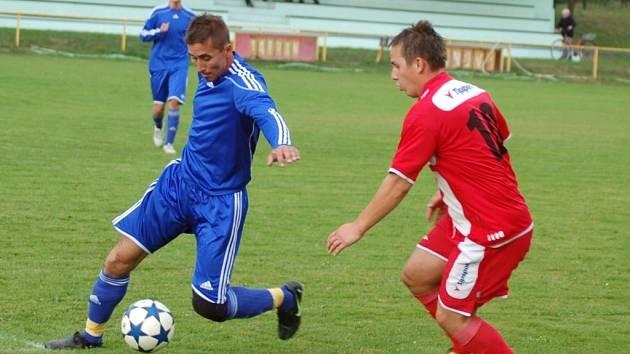 Fotbalisté Janové (modré dresy) v domácím  prostředí v sobotu přivítali favorizovaný Slavičín B, hosté vyhráli 5:2.