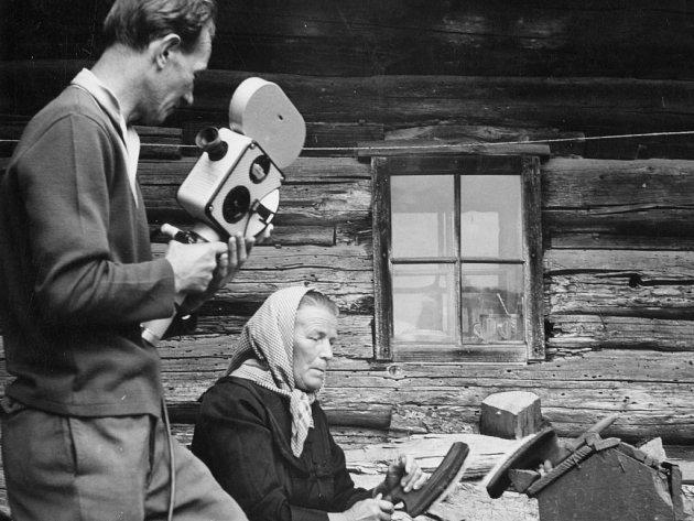F. Potočný při natáčení Kroniky o vlně (1968).