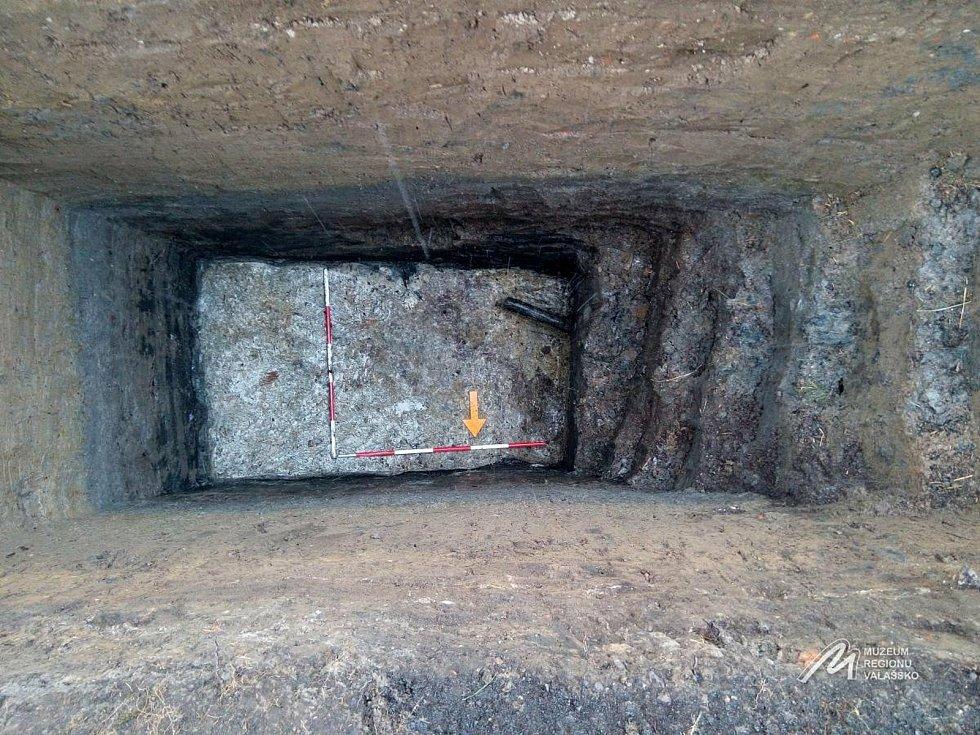 Archeologický průzkum v Kelči - Na dně tohoto příkopu byla nalezena stříbrná mince. Na profilech zdí je dobře vidět rozdělení jednotlivých vrstev.