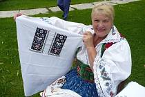 Marie Hrňová kroje šije, ale také v nich ráda a často chodí.