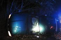 Seat Cordoba havaroval v neděli 27. listopadu 2016 večer v Jablůnce na Vsetínsku. Auto zůstalo ležet na boku.
