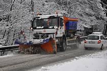 Sněžení zkomplikovalo přejezd Syrákova u Liptálu na Vsetínsku.