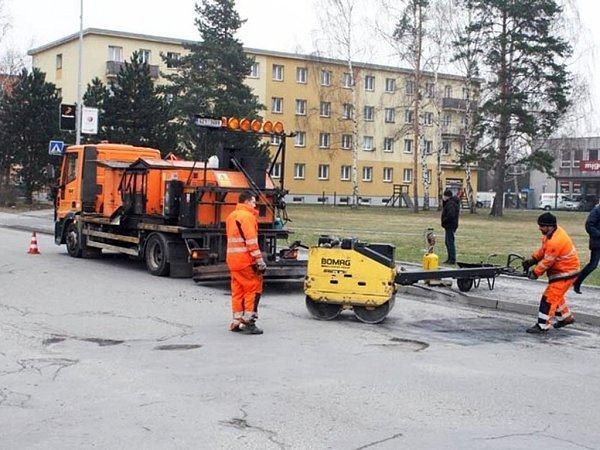 Cestáři vRožnově pod Radhoštěm opravují výtluky vsilnicích.