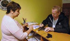 Jaroslav Kundrát z Valašského Meziříčí se podepisuje na digitálním tabletu při nedělním (1. července 2018) zkušebním výdeji řidičských průkazů na odboru dopravně správních agend valašskomeziříčské radnice.