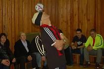Žonglér Bursas Charalambos vytvořil v sobotu 21. února 2015 další světový rekord.