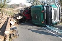 Tahač naložený dřevem se ve středu před polednem převrátil na silnici mezi Poličnou a Brankami.
