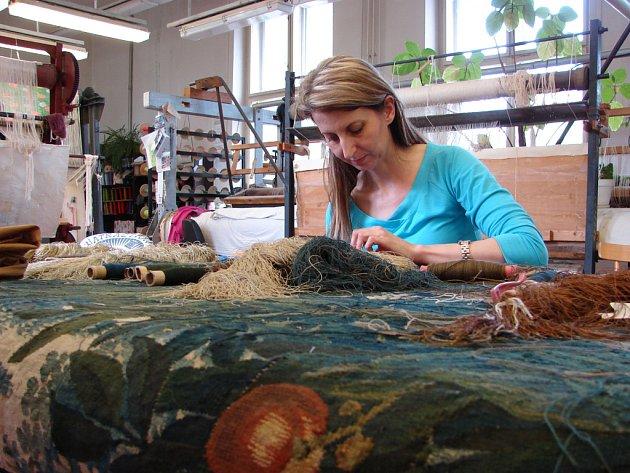 Gobelínová manufaktura ve Valašském Meziříčí opravuje vzácnou textílii z 1. poloviny 18.století. Dílo si u ní zadalo olomoucké arcibiskupství.