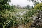 Dobrovolní hasiči z Jablůnky monitorují v pátek 19. června 2020 rozvodněné místní toky.