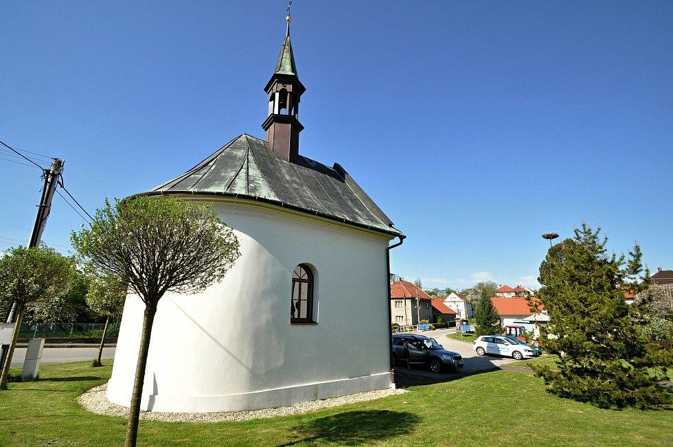 Kaple Panny Marie v Kladerubech se sochou sv. Jana Nepomuckého z roku 1843. Předchůdcem kaple byla dřevěná zvonice postavená zřejmě v roce 1717.