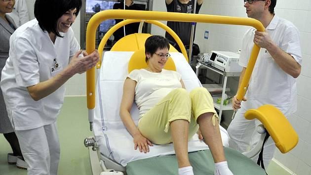 Pracovníci oddělení gynekologie a porodnictví ve Vsetínské nemocnici, a. s. si ve středu 19. ledna 2011 převzali nové moderní porodní lůžko za 360 tisíc korun.