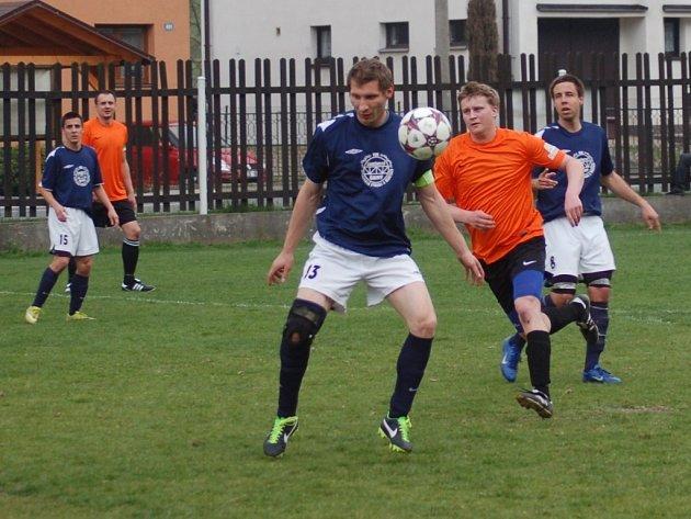 Fotbalisté Ratiboře (oranžové dresy) doma prohráli s Francovou Lhotou 3:4.