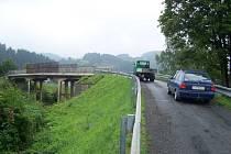 Oprava nadjezdu mezi sídlišti Trávníky a Rybníky ve Vsetíně začne už v pondělí. Nadjezd bude několik dní i momo provoz.