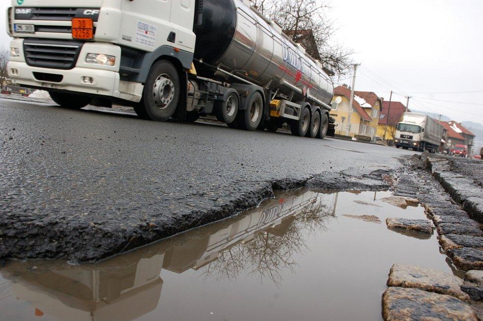 Zima ještě neskončila a řidičům už komplikují jízdu nesčetné výtluky v povrchu vozovek