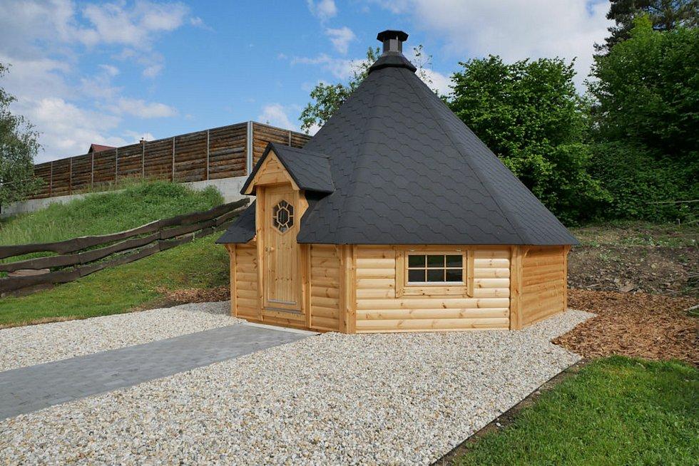 Kempy ve Zlínském kraji se v roce 2021 těší oblibě turistů. Na snímku Camping Rožnov pod Radhoštěm, kulatá srubová grilovací místnost.