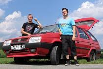Bratranci Martin (vpravo) a Ondřej Surovec z Hornolidečska vyrážejí na měsíční cestu po východní Evropě. Deset tisíc kilometrů pojedou třiadvacet let starou Škodou Forman.