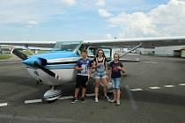 Školáci z Francovy Lhoty Jakub Horáček, Anna Brlicová (vpravo) a Anna Kabrhelová dostali odměnou za příkladné chování vyhlídkový let nad Valašskem; letiště Mošnov, neděle 26. července 2020