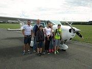 Žáci ZŠ Francova Lhota si za odměnu užili vyhlídkový let nad Valašskem.