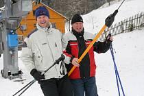 Návrat jara oslavili lyžaři ve Velkých Karlovicích přímo na svahu.