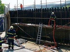 Ve středu 14.5. okolo poledne hořelo na stavbě mostu u Jablůnky, fotografie poskytl hasičský záchranný sbor Zlínského kraje