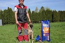 Psovod záchranář Petr Daněk získal na mezinárodním meetingu záchranných psů zlatou medaili v soutěži družstev.