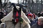 Tradiční vánoční jarmark ve Valašském muzeu v přírodě v Rožnově pod Radhoštěm zpestřily v sobotu a neděli 14. a 15. prosince 2019 obchůzky čertovských družin ze Zděchova, Lačnova i Valašských Klobouk.