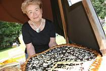 Obrovský frgál, vážící přes dva kilogramy, přdstavila Květa Kasalová z pekařství ve Velkých Karlovicích