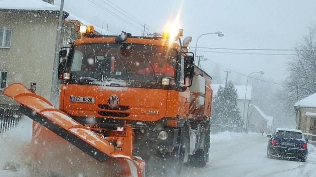 Silné sněžení komplikovalo život motoristům na Valašsku také v pátek 3. prosince.