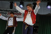 Folklorní soubor Mezříčan z Valašského Meziříčí doprovázený Cimbálovou muzikou Jiřího Nechanického se prezentuje na Bartolomějském hodovém jarmarku v Čadci; neděle 26. srpna 2018