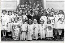 SVATÉ PŘIJÍMÁNÍ. První svaté přijímání v roce 1951. Na snímku s dětmi farář Jindřich Deneš.