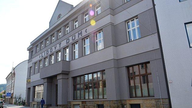 Opravy Lidového domu ve Vsetíně začaly vloni na podzim. Nejviditelnější jsou nová okna a fasáda. Památkáři museli dodržet původní stav včetně šedé barvy.