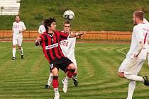Fotbalisté Meziříčí (bílé dresy) po hodině hry vedli nad Opavou B 3:0 a zápas měli jasně pod kontrolou. Inkasovaná branka v závěru byla pouze pihou na kráse výsledku.