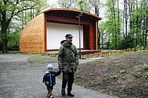 Park u zámku Kinských ve Valašském Meziříčí po revitalizaci výrazně omládl. Lidem nyní nabízí kulturní i volnočasové vyžití.
