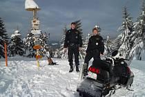 Policisté v okrese Vsetín preventivně kontrolují chatové oblasti. Majitelům rekreačních objektů zanechají informace o uskutečněné prohlídce a upozorní je na objevené bezpečnostní mezery.