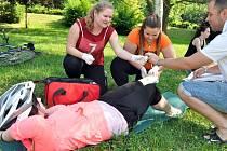 Studentky Střední zdravotnické školy a Masarykova gymnázia ve Vsetíně při školním kole soutěže v poskytování první pomoci; Vsetín, Panská zahrada, čtvrtek 11. června 2015
